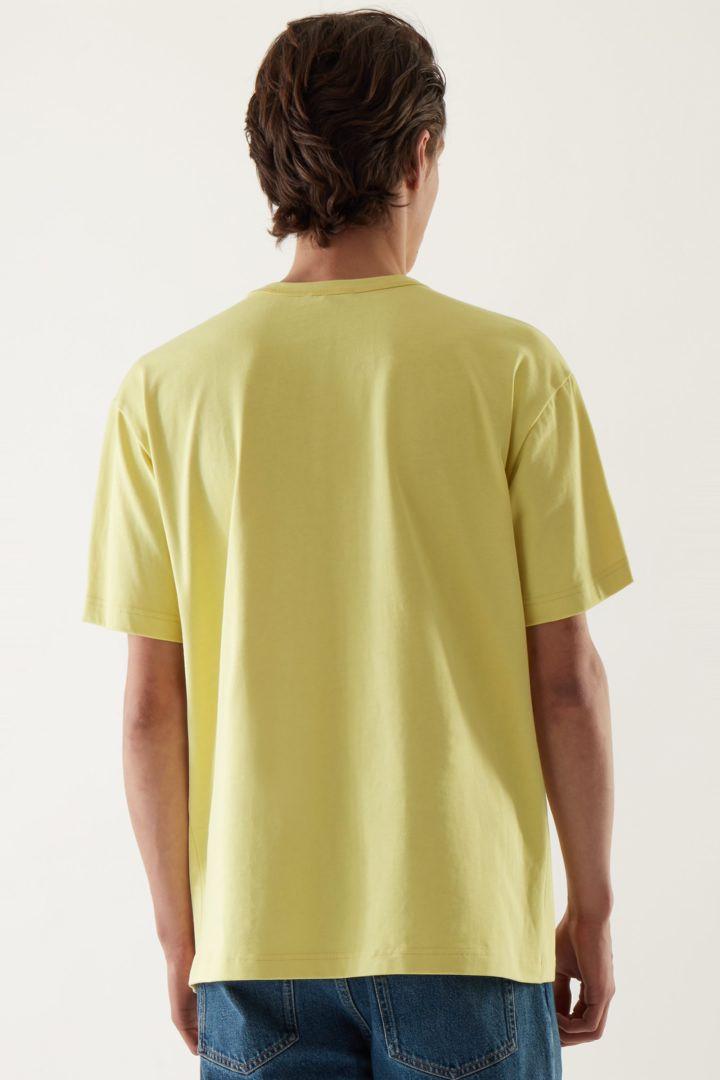 COS 박시 티셔츠의 옐로우컬러 ECOMLook입니다.