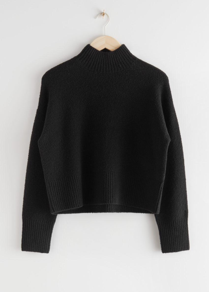 앤아더스토리즈 크롭 모크 넥 스웨터의 블랙컬러 Product입니다.