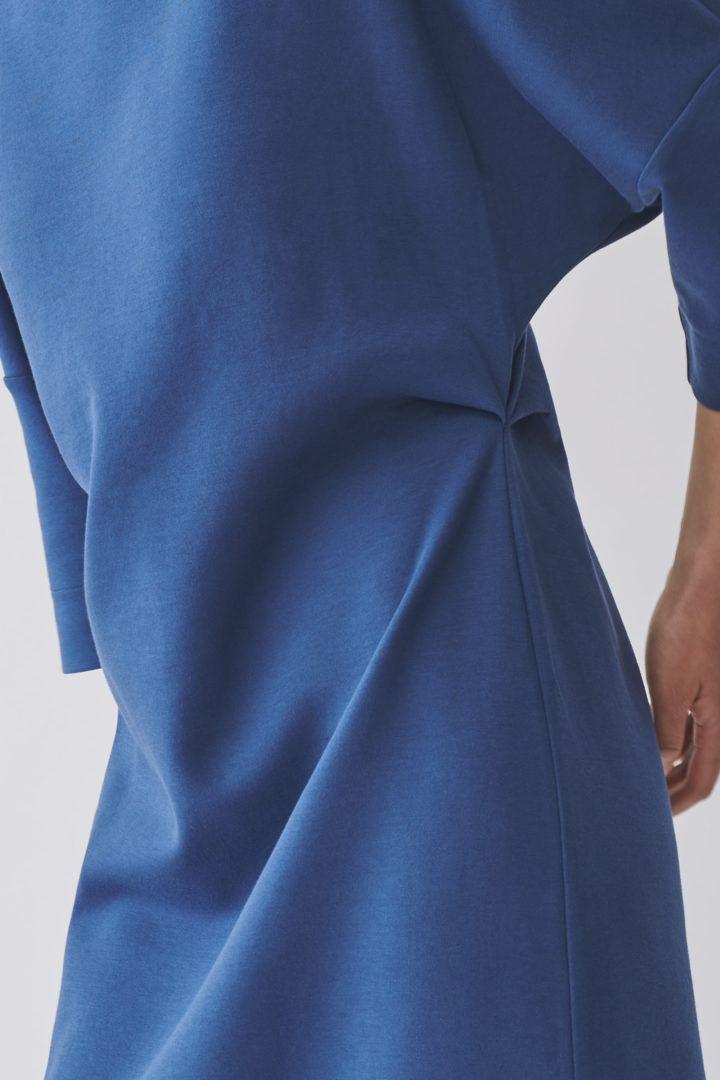 COS 코튼 믹스 티셔츠 드레스의 블루컬러 ECOMLook입니다.