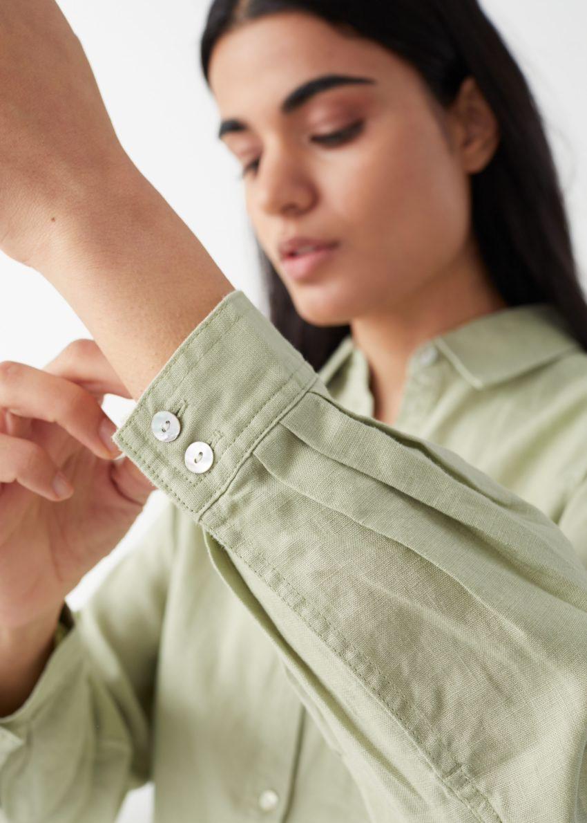 앤아더스토리즈 오버사이즈 리넨 셔츠의 그린컬러 ECOMLook입니다.