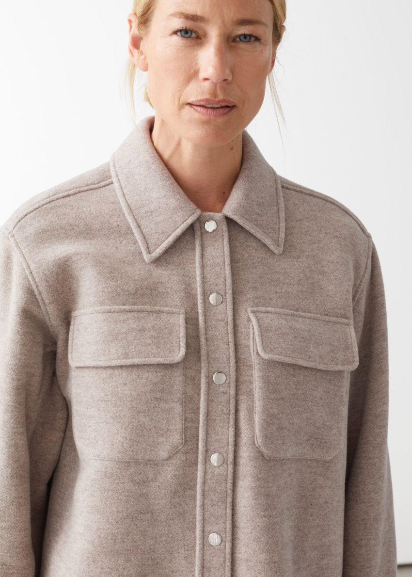 앤아더스토리즈 오버사이즈 울 블렌드 워크웨어 셔츠의 오트밀컬러 ECOMLook입니다.