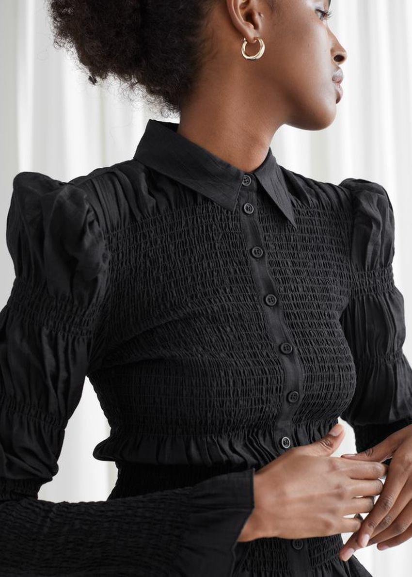 앤아더스토리즈 피티드 스모크 셔츠의 블랙컬러 ECOMLook입니다.