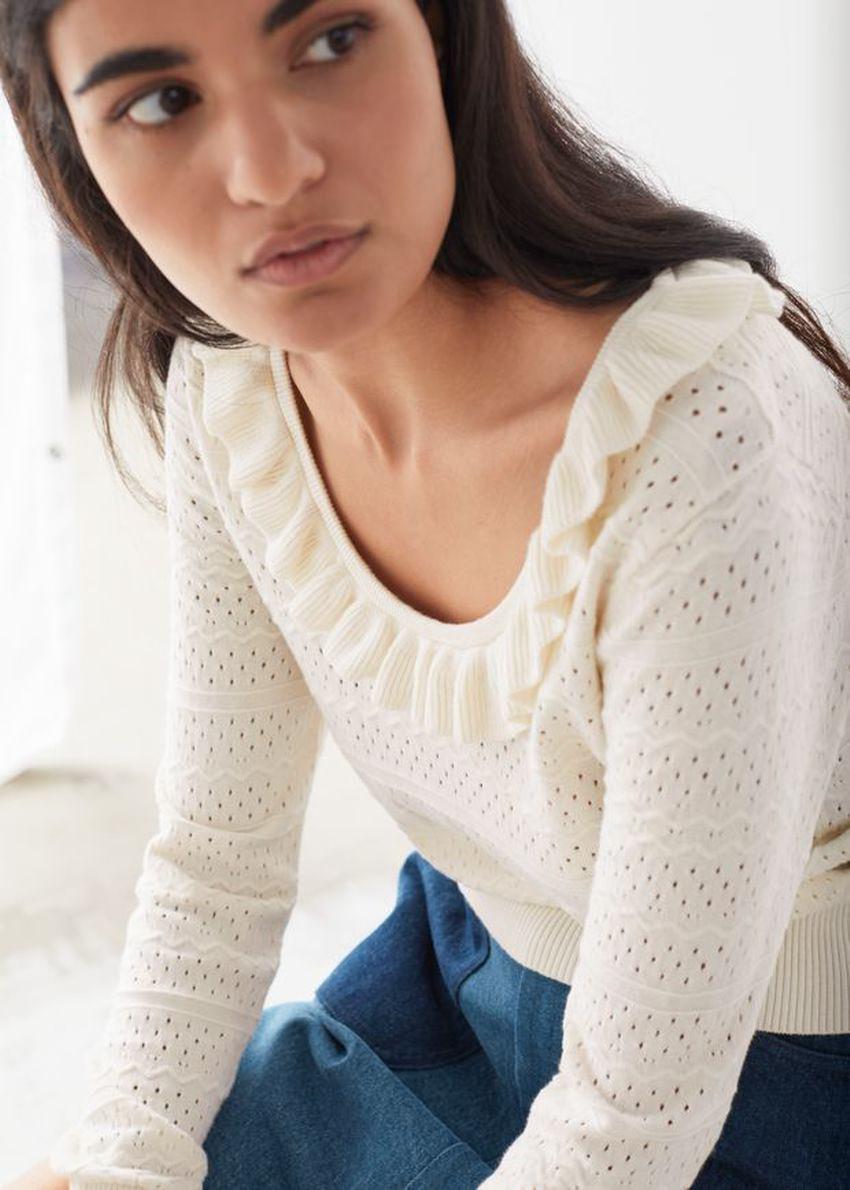 앤아더스토리즈 프릴 포인텔 니트 스웨터의 크림컬러 ECOMLook입니다.