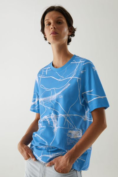 COS hover image 1 of 블루 in 오가닉 코튼 앱스트랙트 프린트 티셔츠