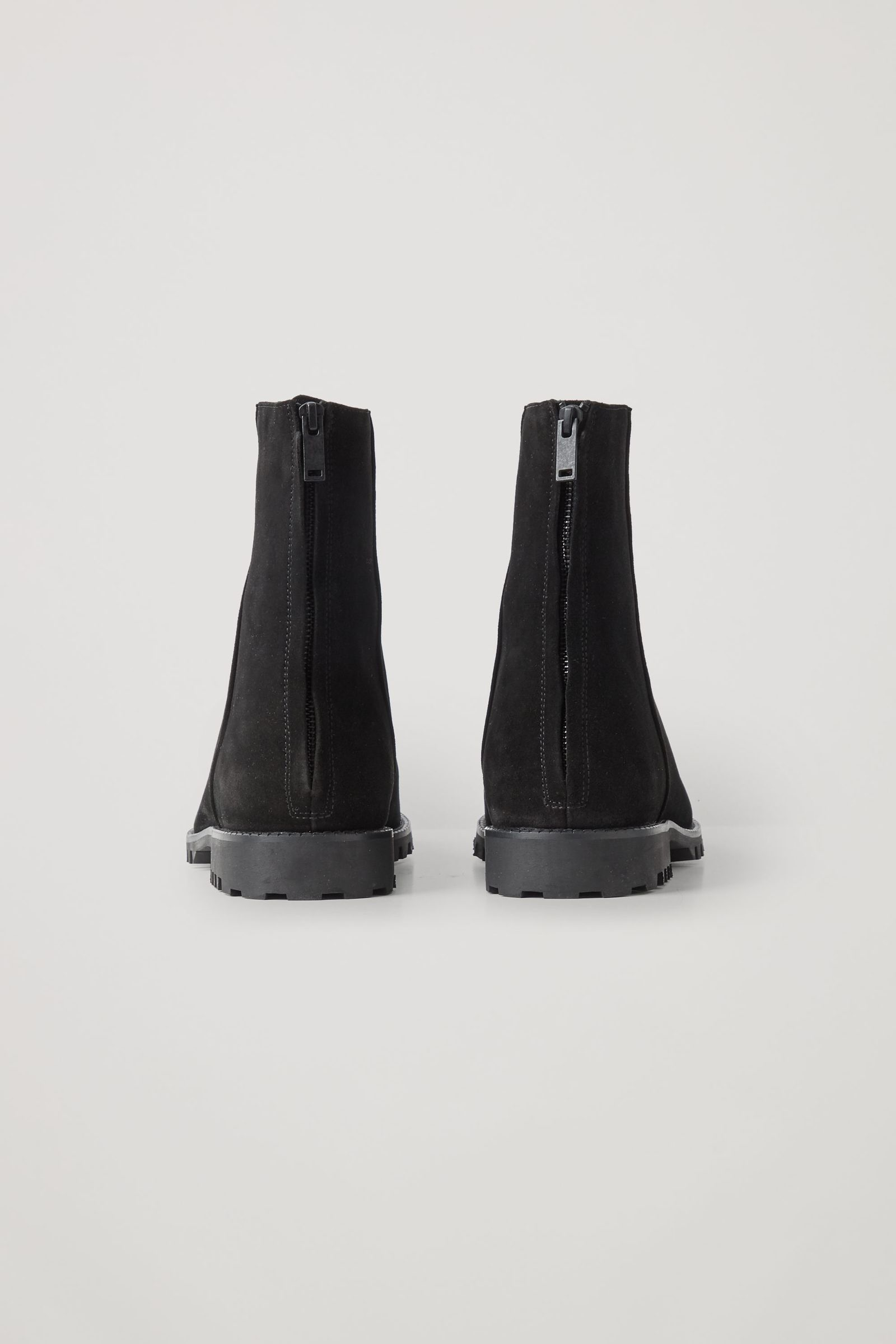 COS 워터프루프 스웨이드 집드 부츠의 블랙컬러 Product입니다.