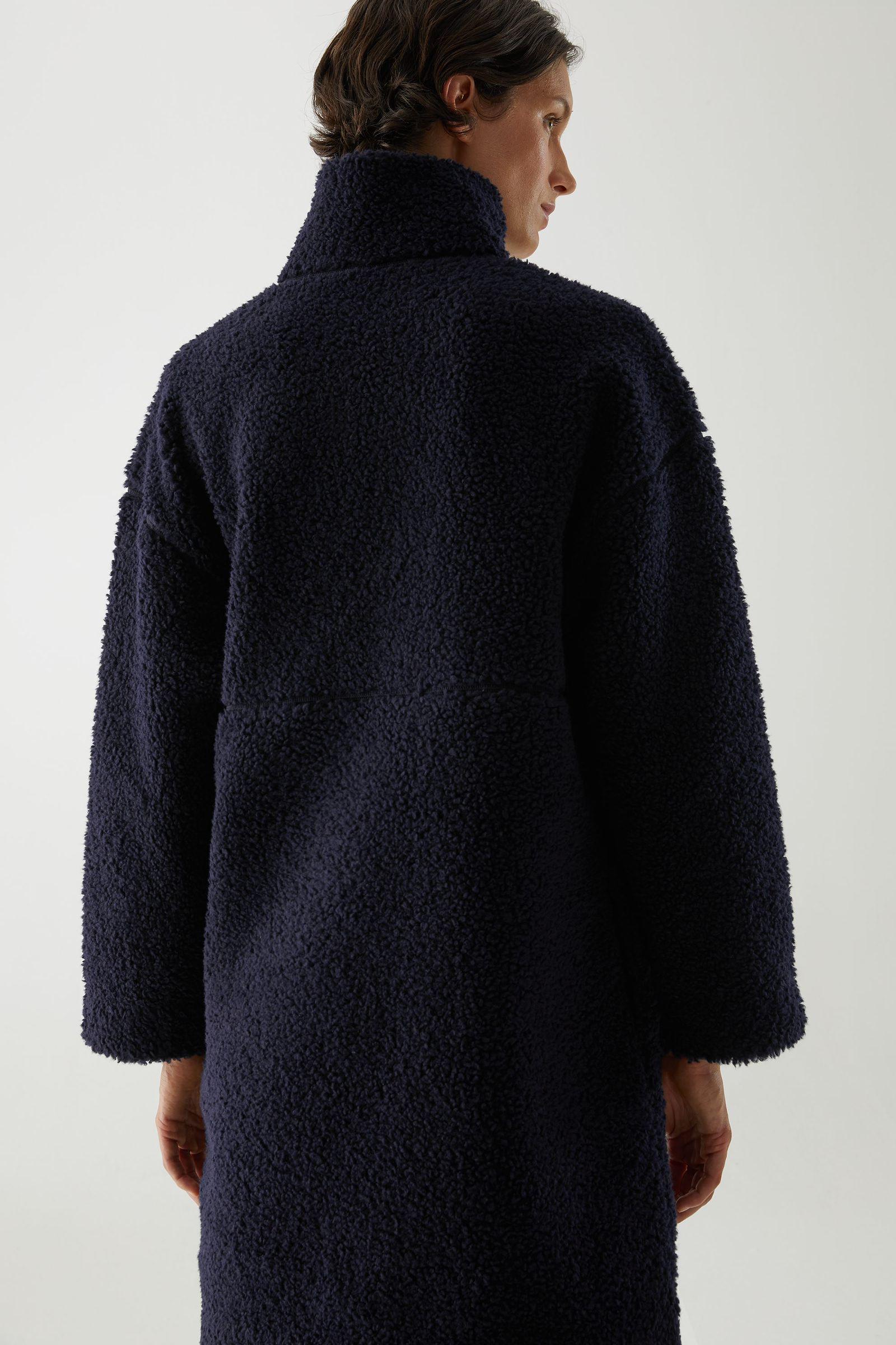 COS 울 믹스 테디 하프 집 클로저 드레스의 네이비컬러 ECOMLook입니다.