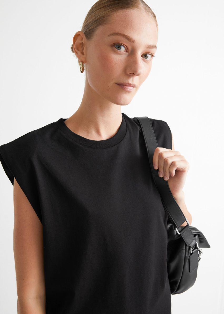 앤아더스토리즈 저지 탱크 미디 드레스의 블랙컬러 ECOMLook입니다.
