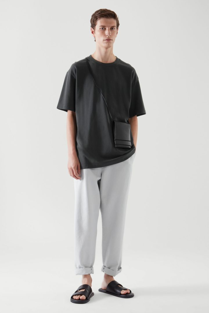 COS default image 8 of 블랙 in 릴랙스드 핏 티셔츠