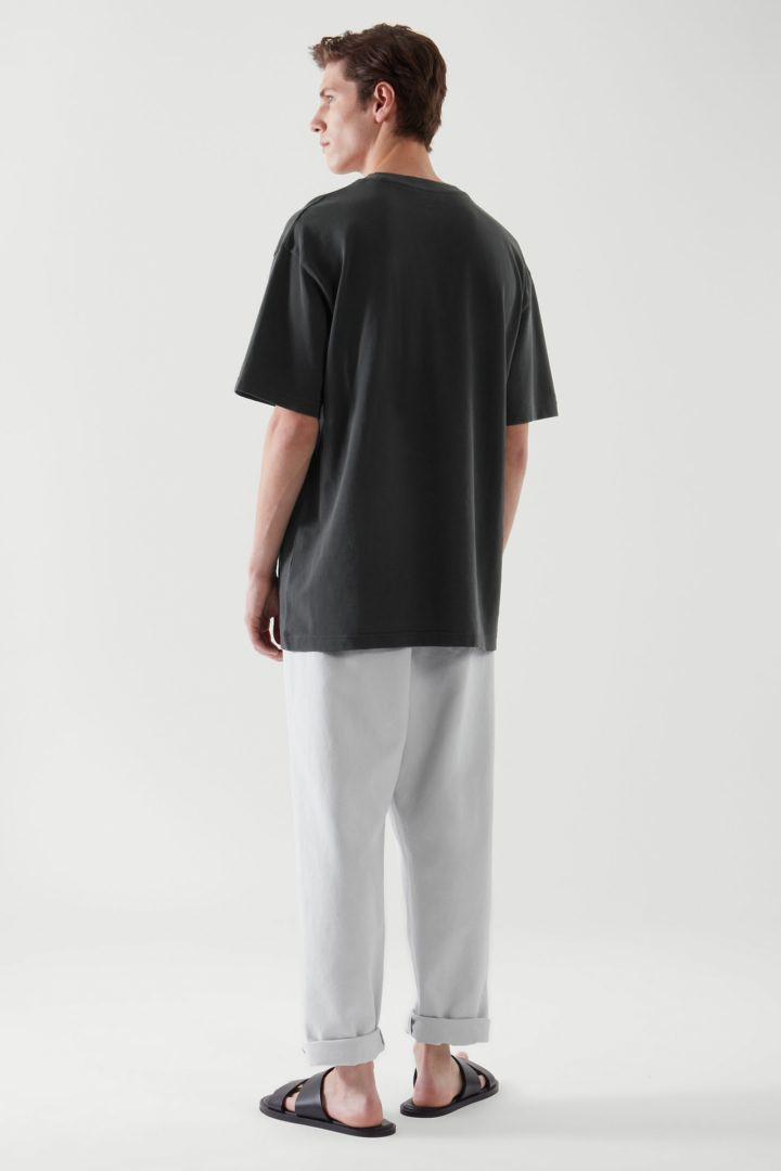 COS 릴랙스드 핏 티셔츠의 블랙컬러 ECOMLook입니다.