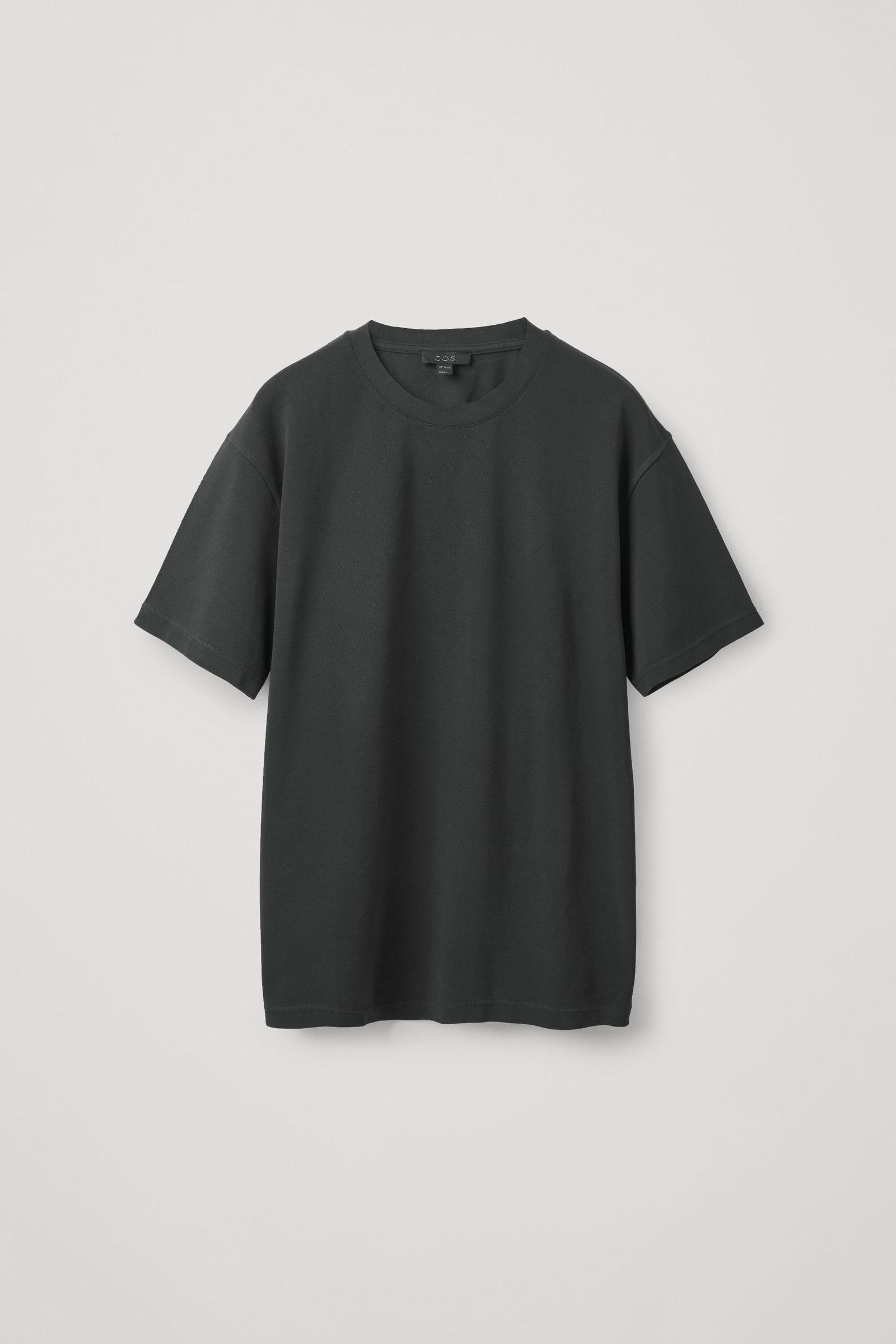 COS 릴랙스드 핏 티셔츠의 블랙컬러 Product입니다.