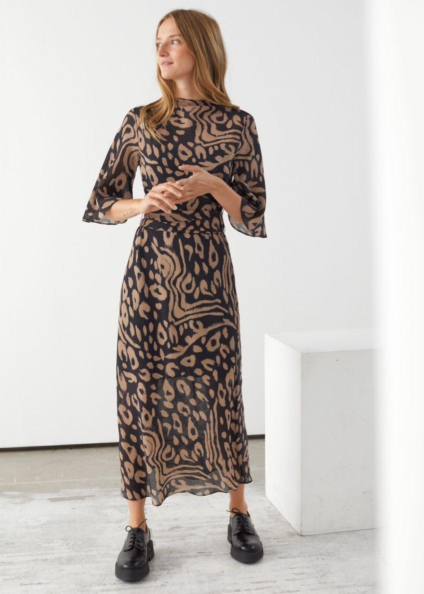 앤아더스토리즈 벨티드 미디 프린트 드레스의 블랙 프린트컬러 ECOMLook입니다.