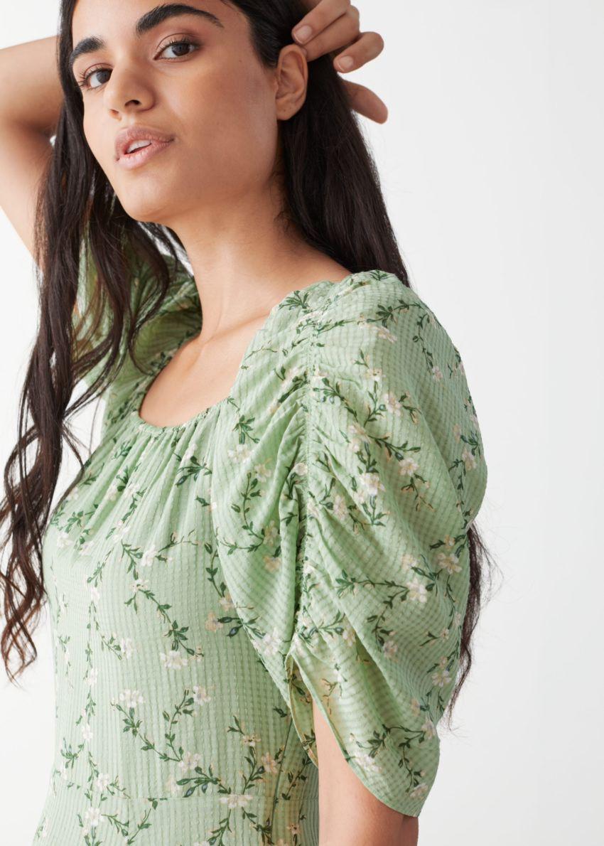 앤아더스토리즈 루시드 슬리브 미디 드레스의 그린 플로럴컬러 ECOMLook입니다.