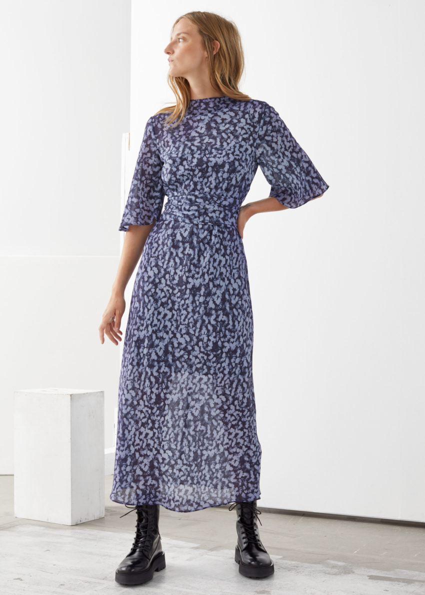 앤아더스토리즈 벨티드 미디 프린트 드레스의 블루 프린트컬러 ECOMLook입니다.