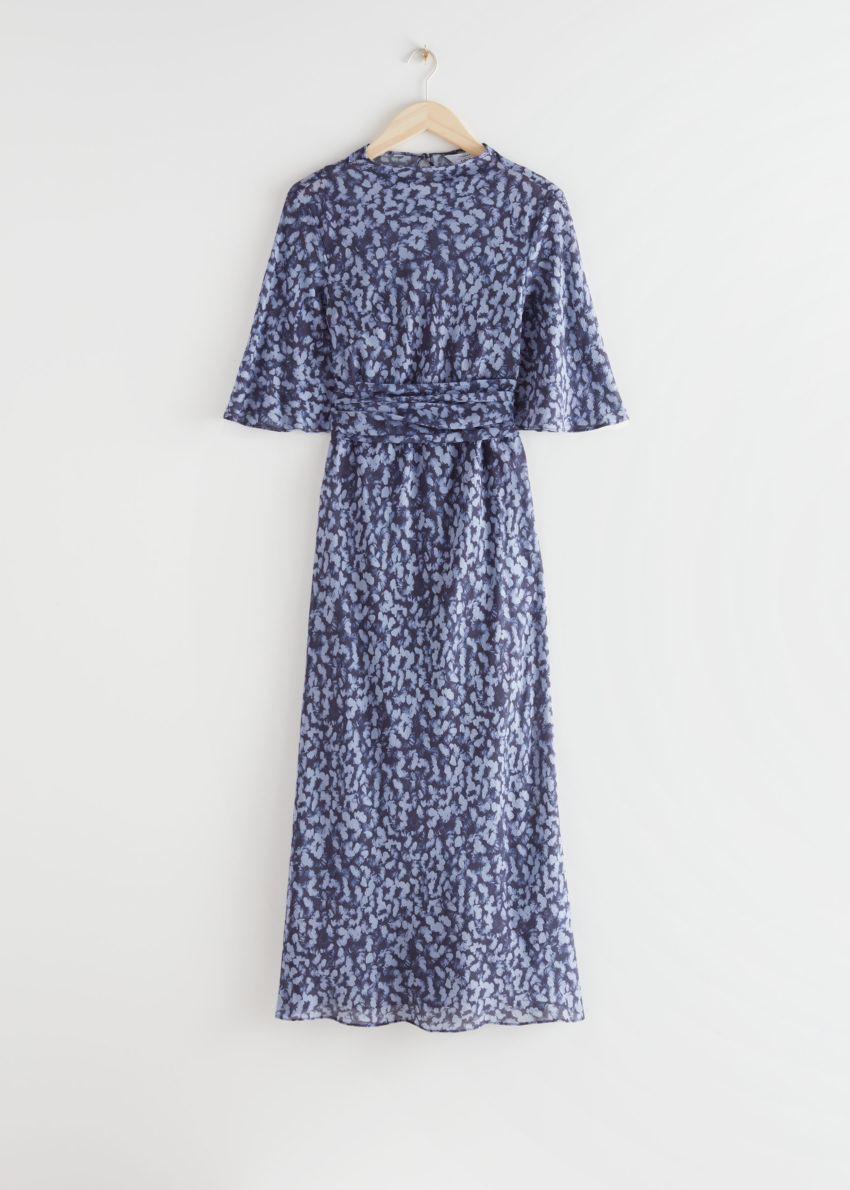 앤아더스토리즈 벨티드 미디 프린트 드레스의 블루 프린트컬러 Product입니다.