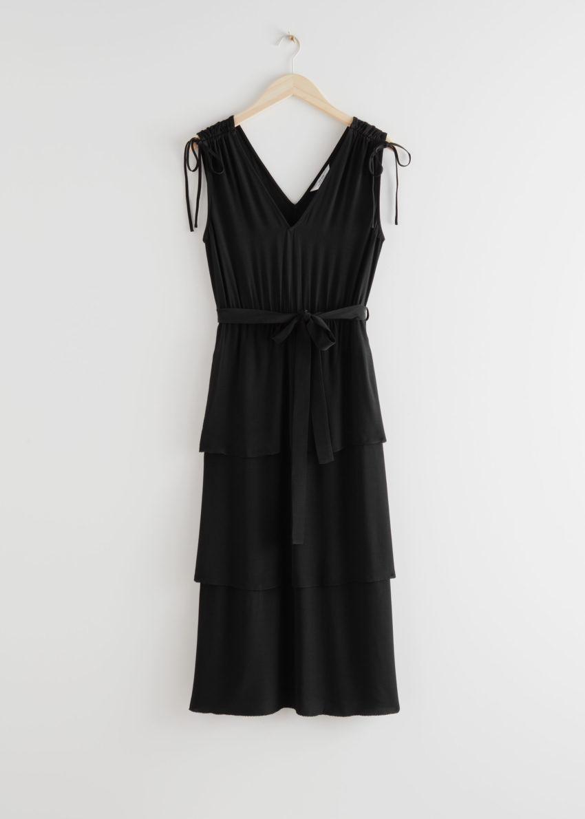앤아더스토리즈 벨티드 브이넥 미디 드레스의 블랙컬러 Product입니다.