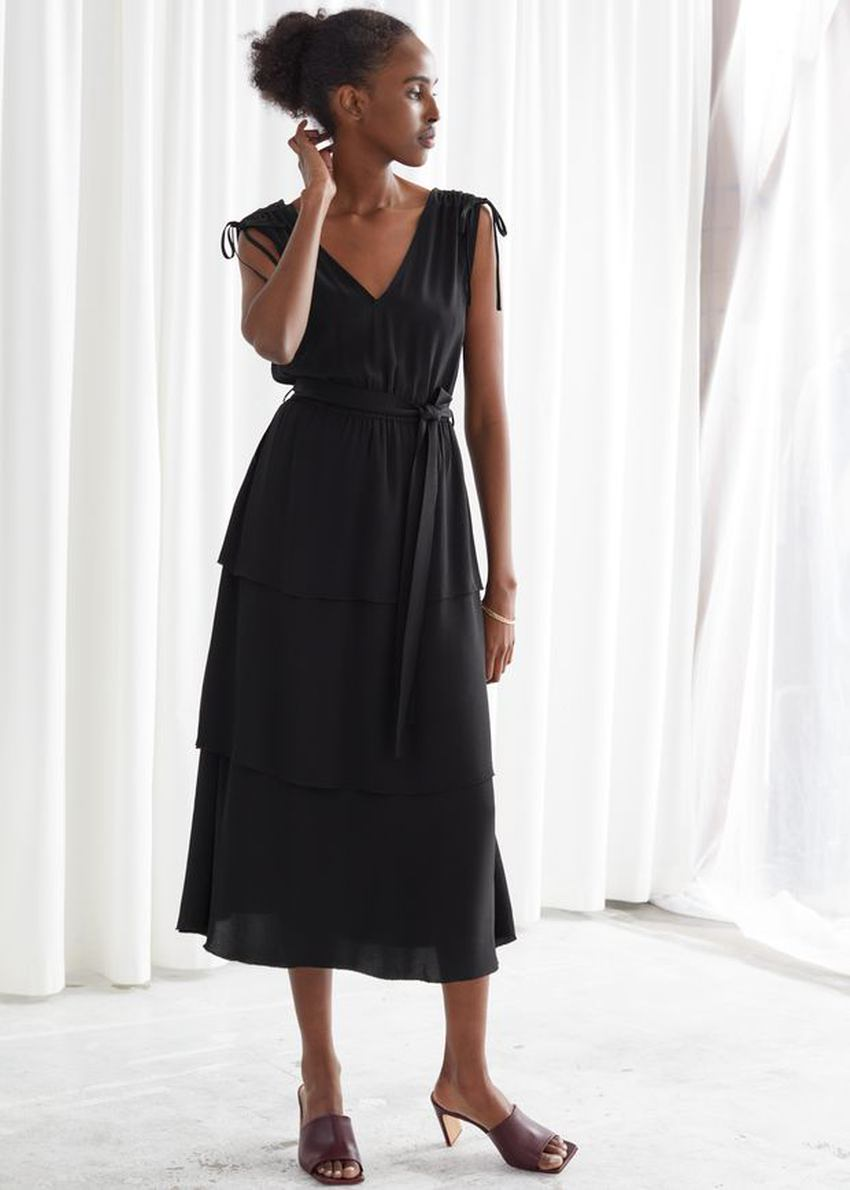앤아더스토리즈 벨티드 브이넥 미디 드레스의 블랙컬러 ECOMLook입니다.
