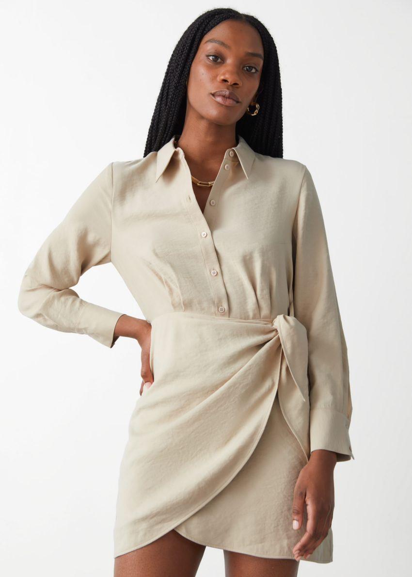 앤아더스토리즈 버튼 미니 랩 드레스의 베이지컬러 ECOMLook입니다.