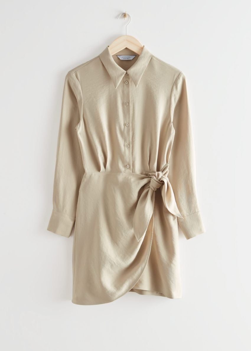 앤아더스토리즈 버튼 미니 랩 드레스의 베이지컬러 Product입니다.