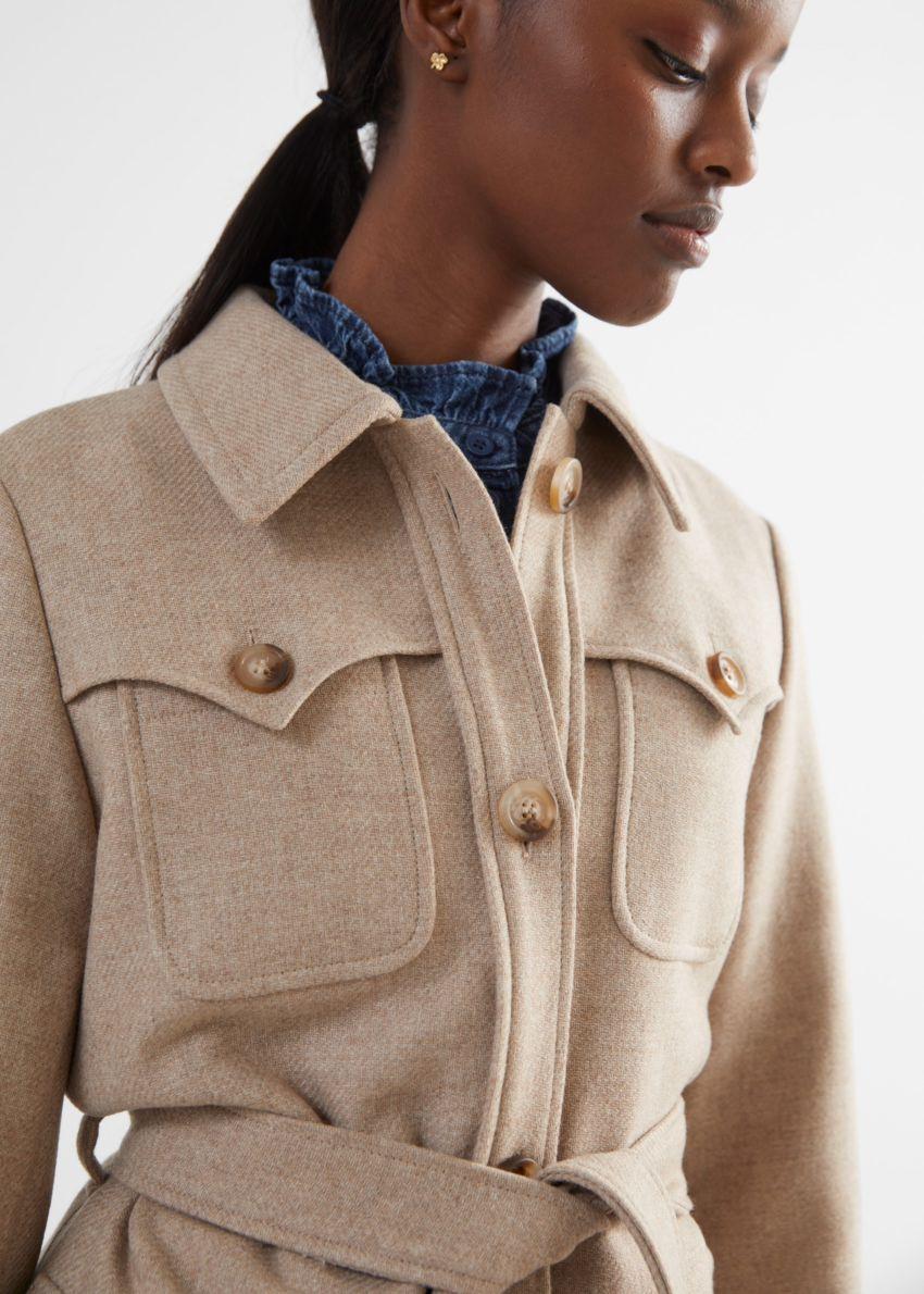 앤아더스토리즈 롱 벨티드 사파리 재킷의 베이지컬러 ECOMLook입니다.