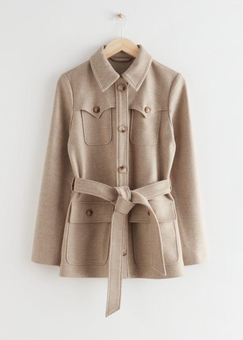 앤아더스토리즈 롱 벨티드 사파리 재킷의 베이지컬러 Product입니다.