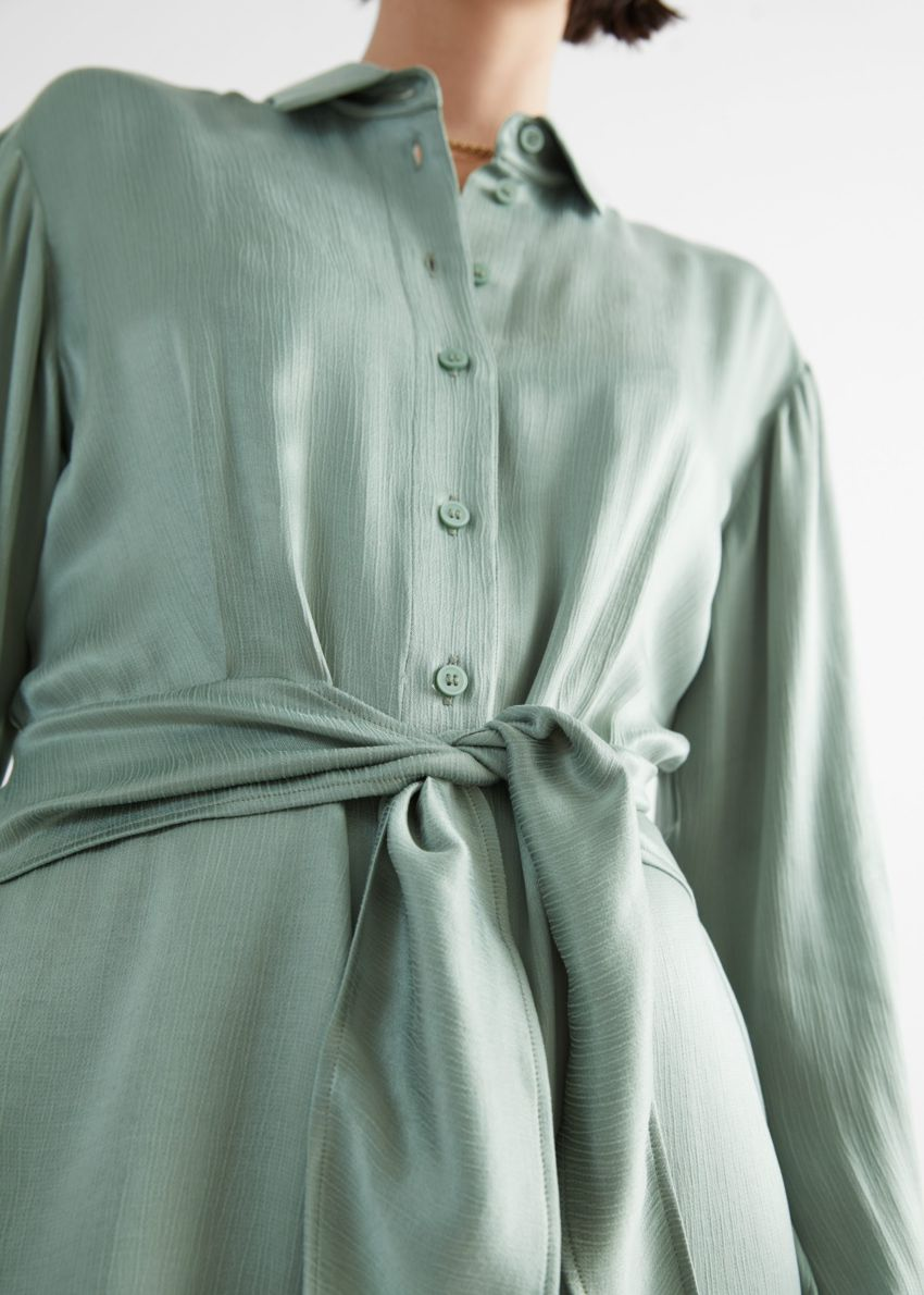 앤아더스토리즈 오버사이즈 벨티드 미니 셔츠 드레스의 그린컬러 ECOMLook입니다.