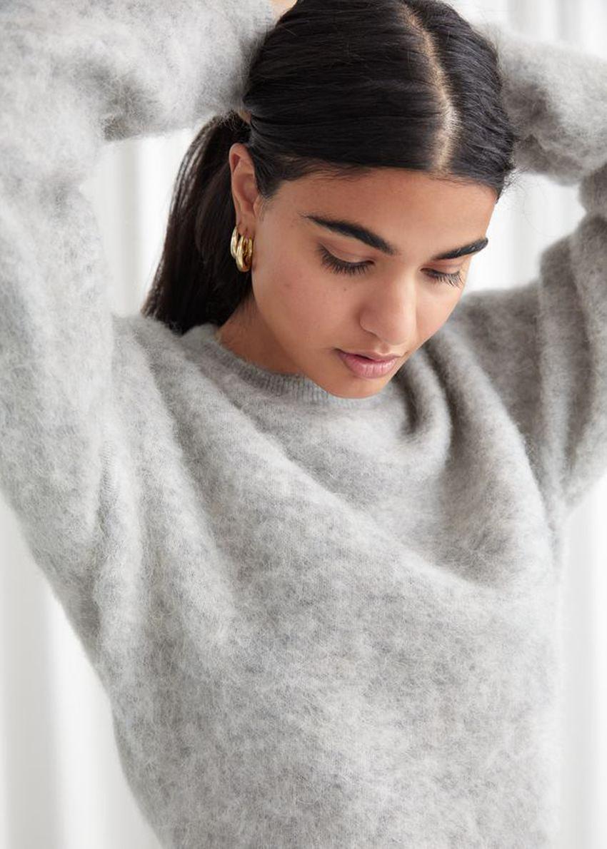 앤아더스토리즈 퍼지 자카드 니트 스웨터의 그레이컬러 ECOMLook입니다.