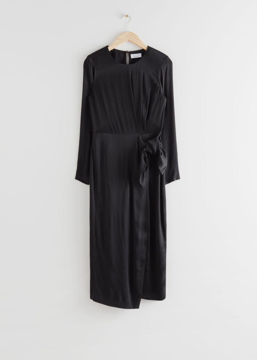 앤아더스토리즈 새틴 사이드 매듭 미디 드레스의 블랙컬러 Product입니다.