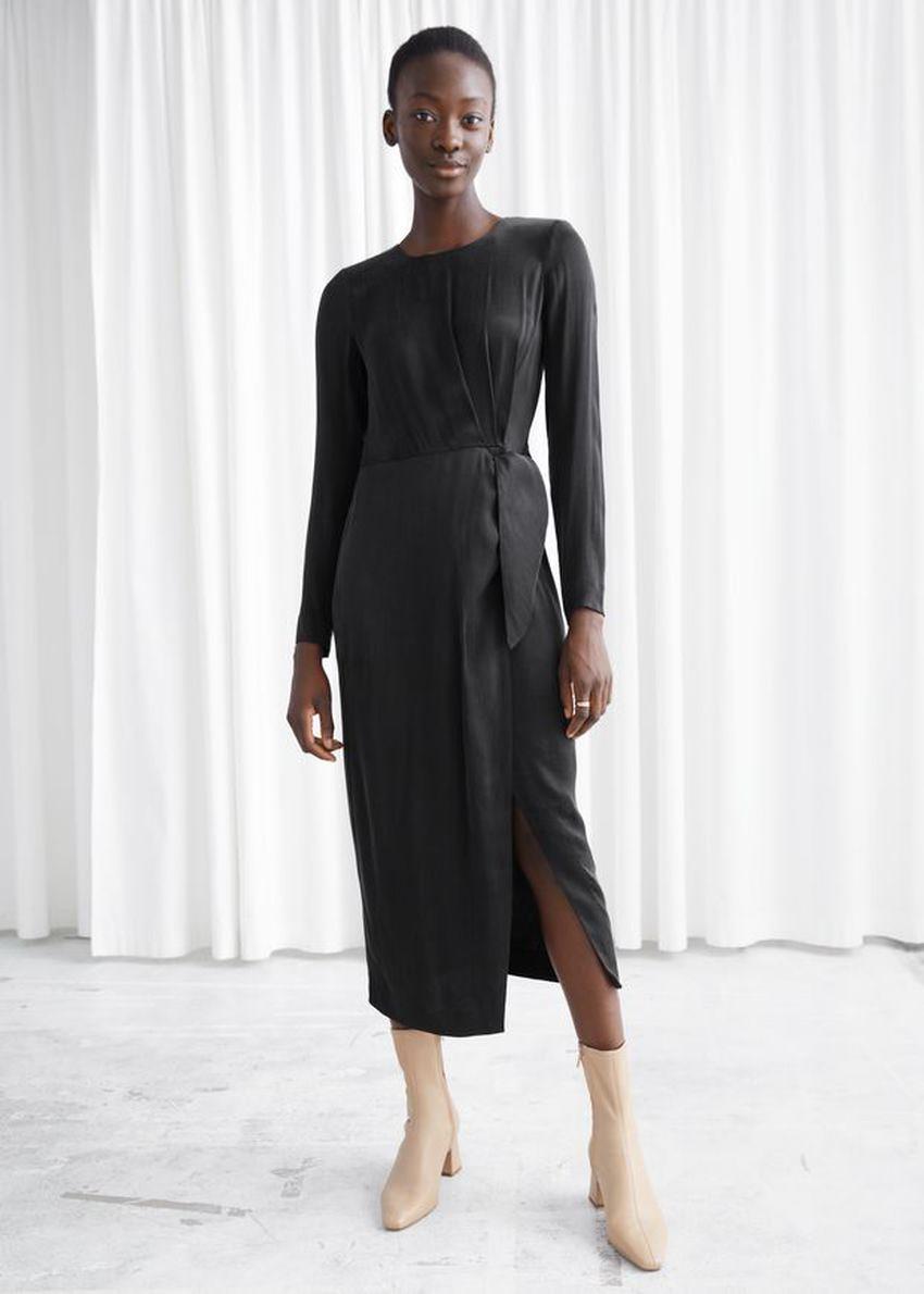 앤아더스토리즈 새틴 사이드 매듭 미디 드레스의 블랙컬러 ECOMLook입니다.