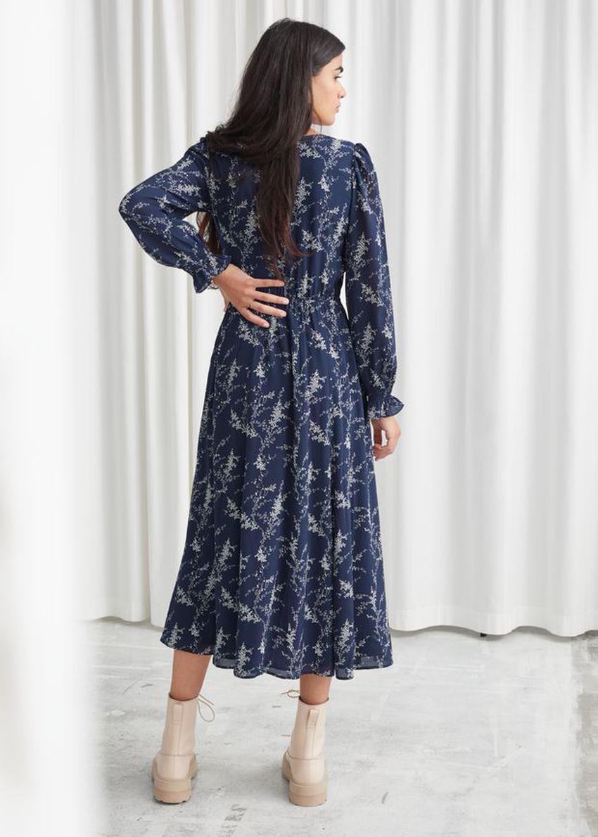 앤아더스토리즈 루시드 스모크 슬리브 미디 드레스의 블루 프린트컬러 ECOMLook입니다.