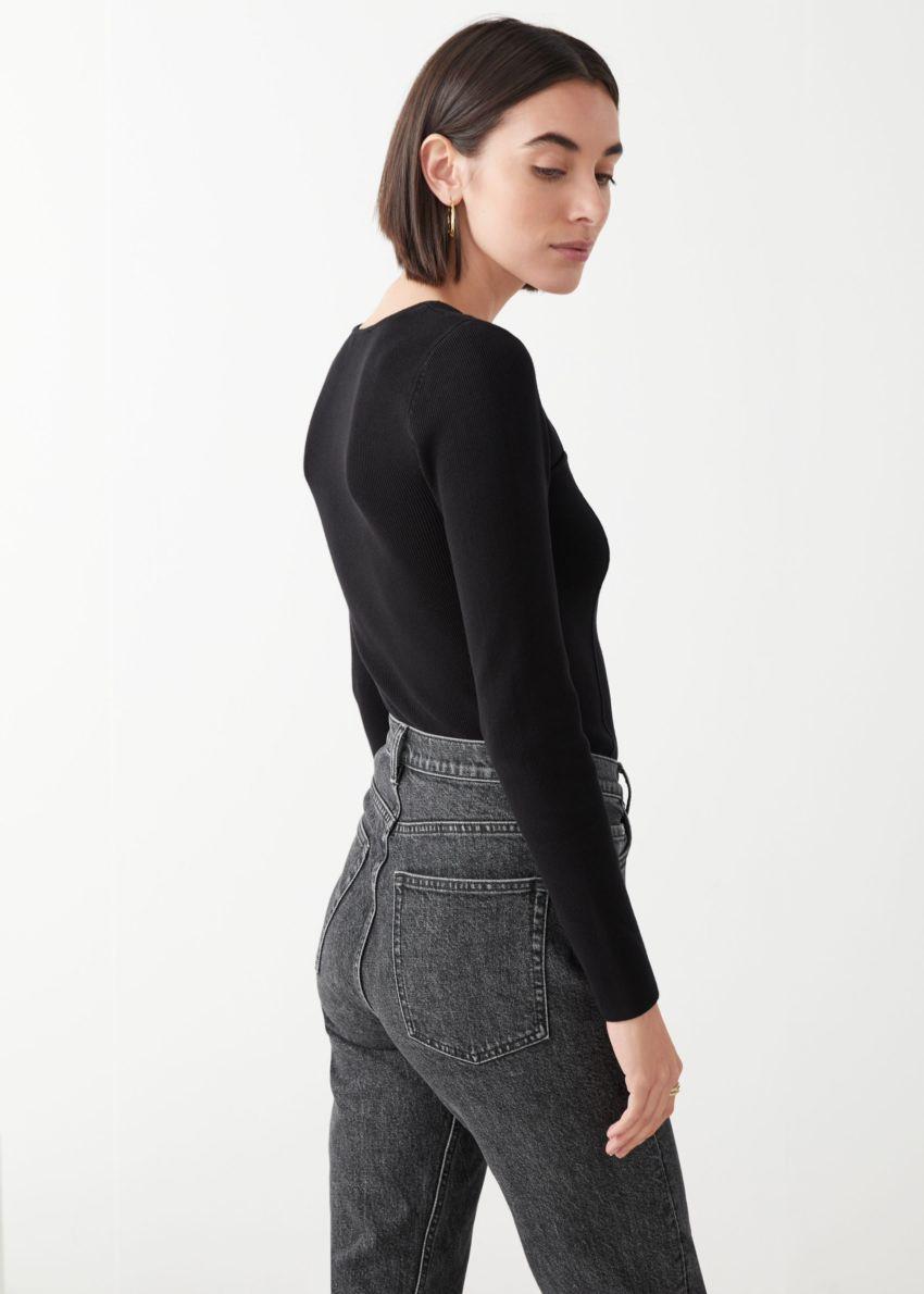 앤아더스토리즈 피티드 립 뷔스티에 스웨터의 블랙컬러 ECOMLook입니다.