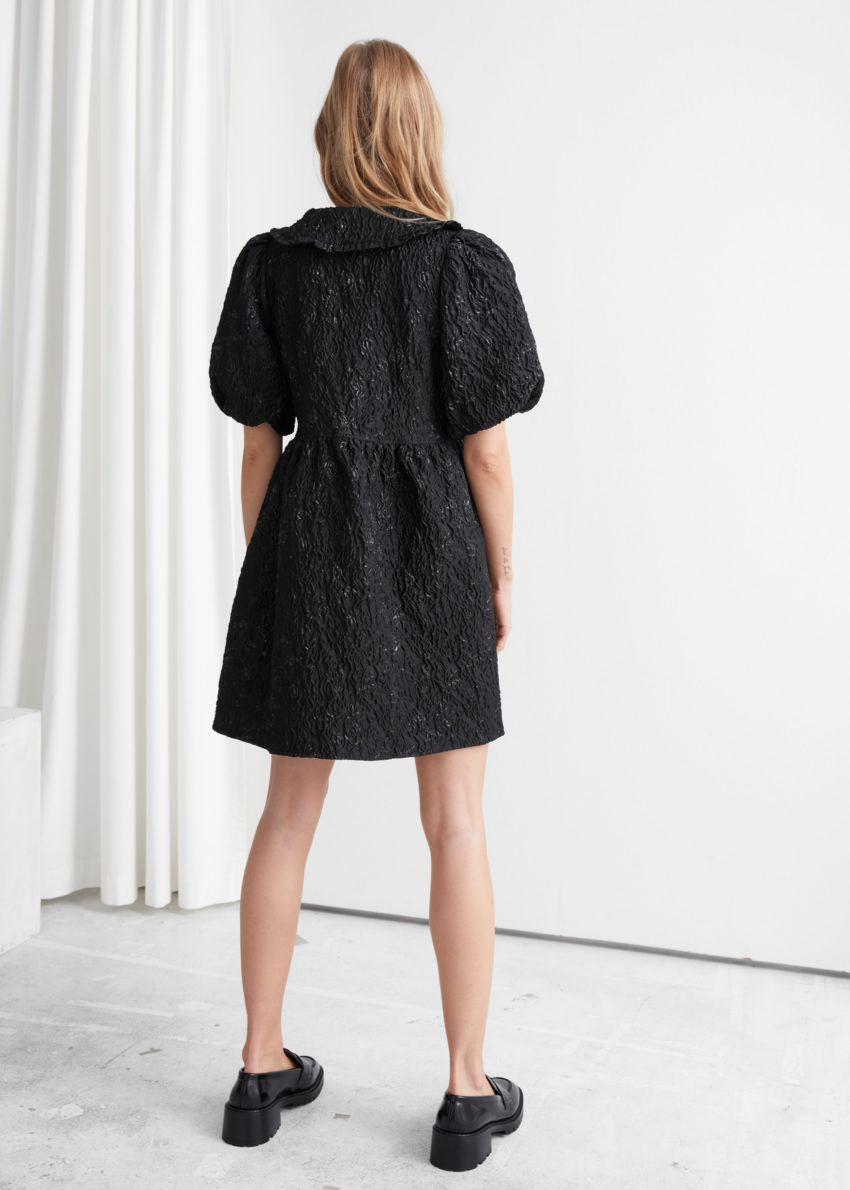 앤아더스토리즈 버튼 퍼프 슬리브 자카드 미니 드레스의 블랙컬러 ECOMLook입니다.