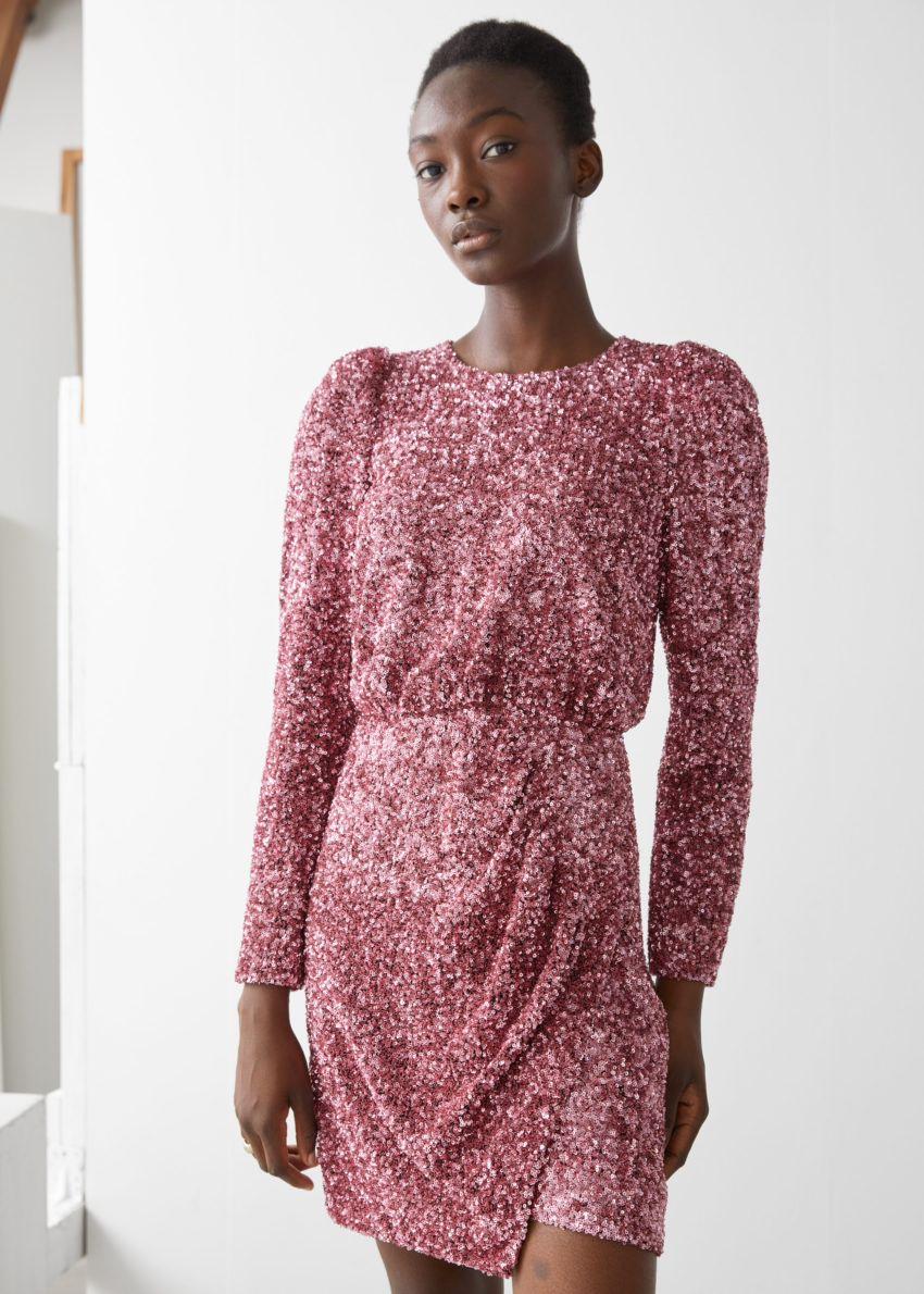 앤아더스토리즈 패디드 숄더 시퀸 드레스의 핑크 시퀸컬러 ECOMLook입니다.