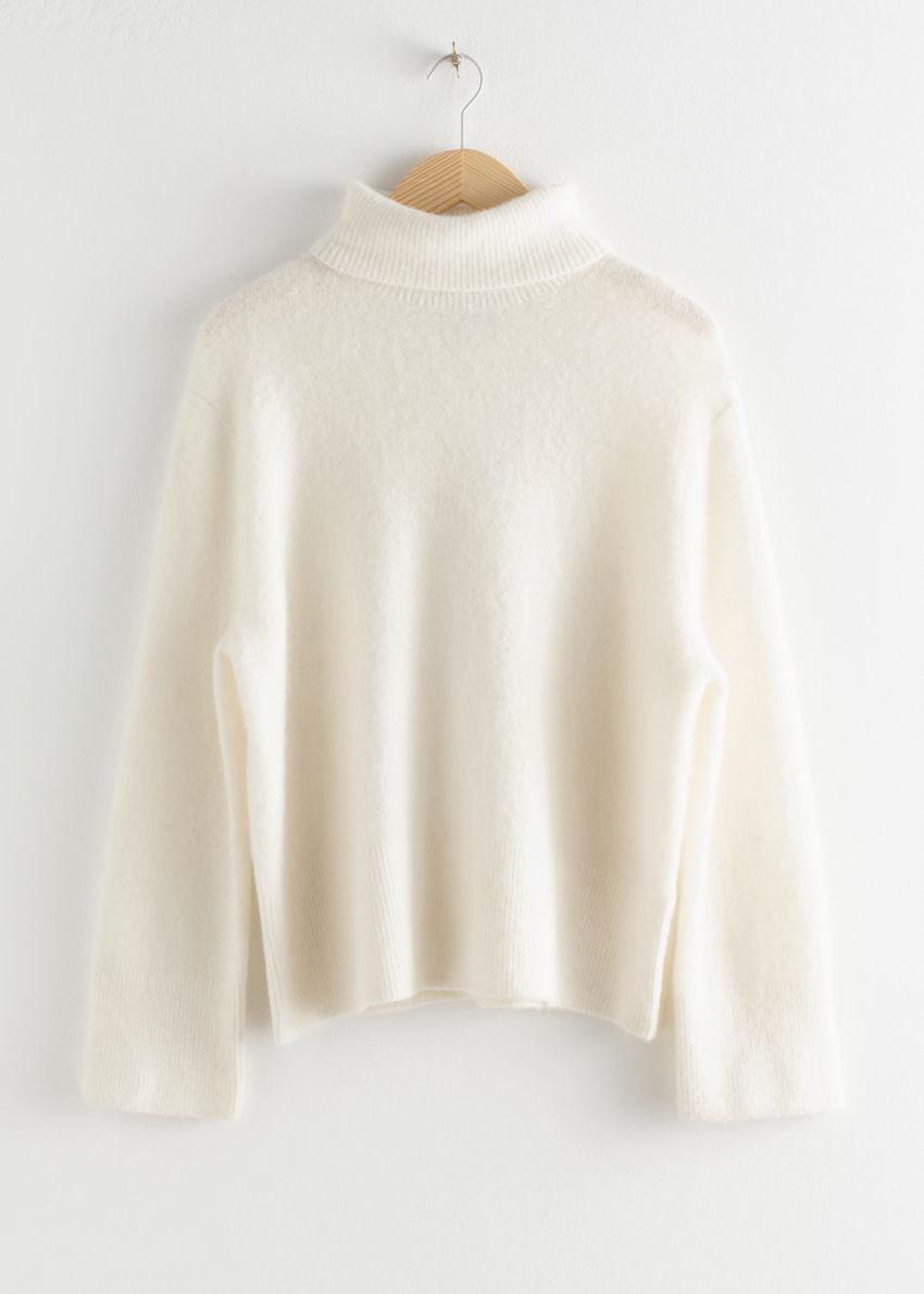 앤아더스토리즈 알파카 블렌드 터틀넥 스웨터의 화이트컬러 Product입니다.