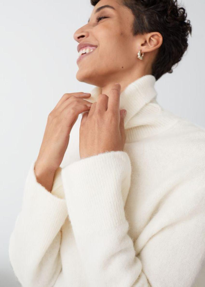 앤아더스토리즈 알파카 블렌드 터틀넥 스웨터의 화이트컬러 ECOMLook입니다.