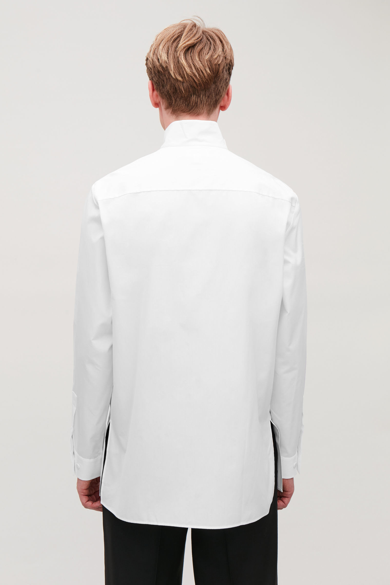 COS 퍼널 칼라 코튼 셔츠의 화이트컬러 ECOMLook입니다.