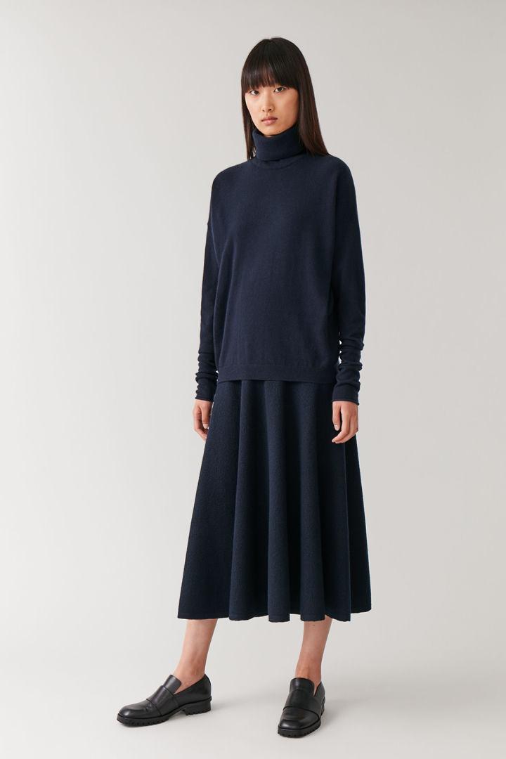 COS hover image 2 of 블루 in 롤넥 캐시미어 스웨터