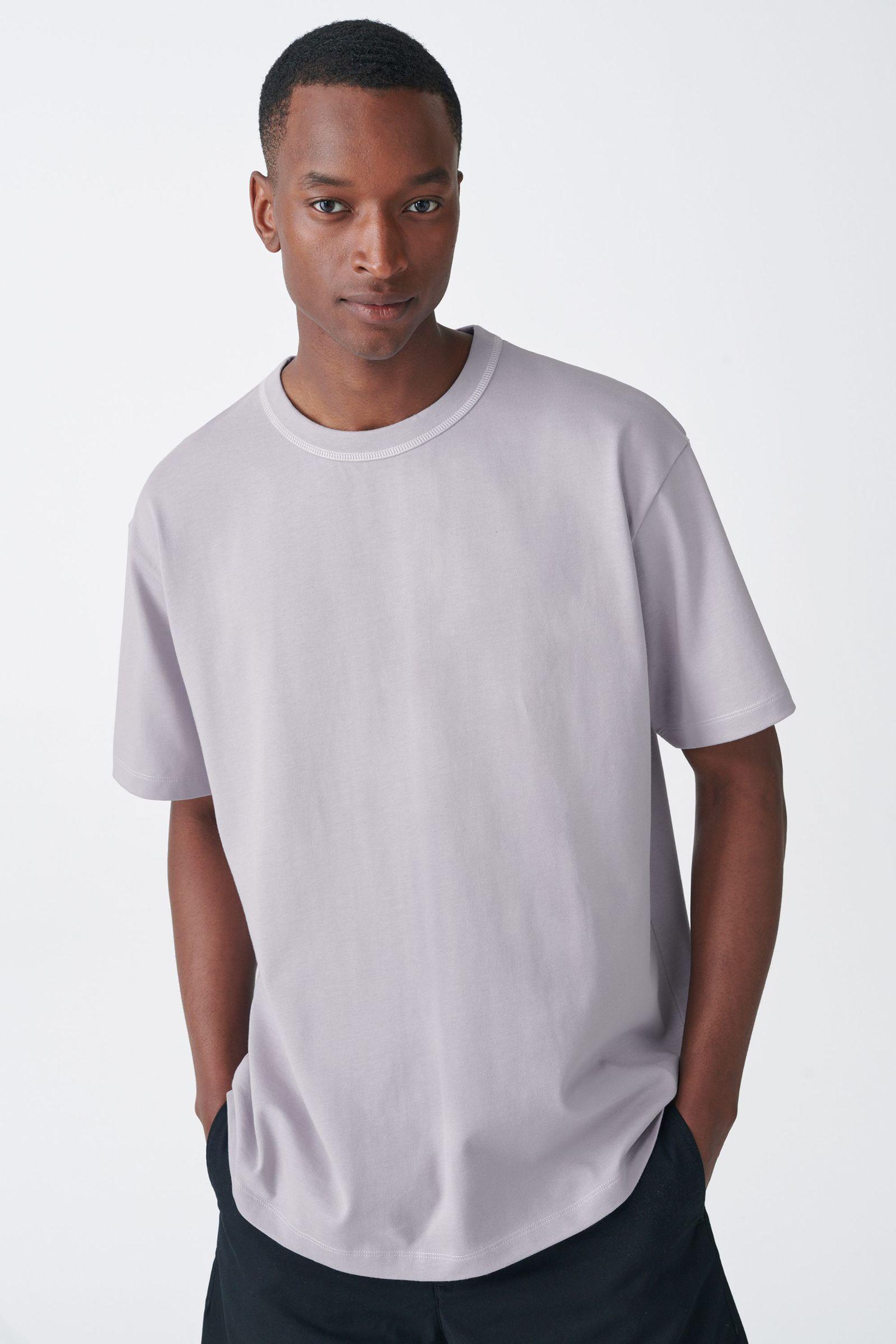 COS 롱 코튼 티셔츠의 라이트 라일락컬러 ECOMLook입니다.