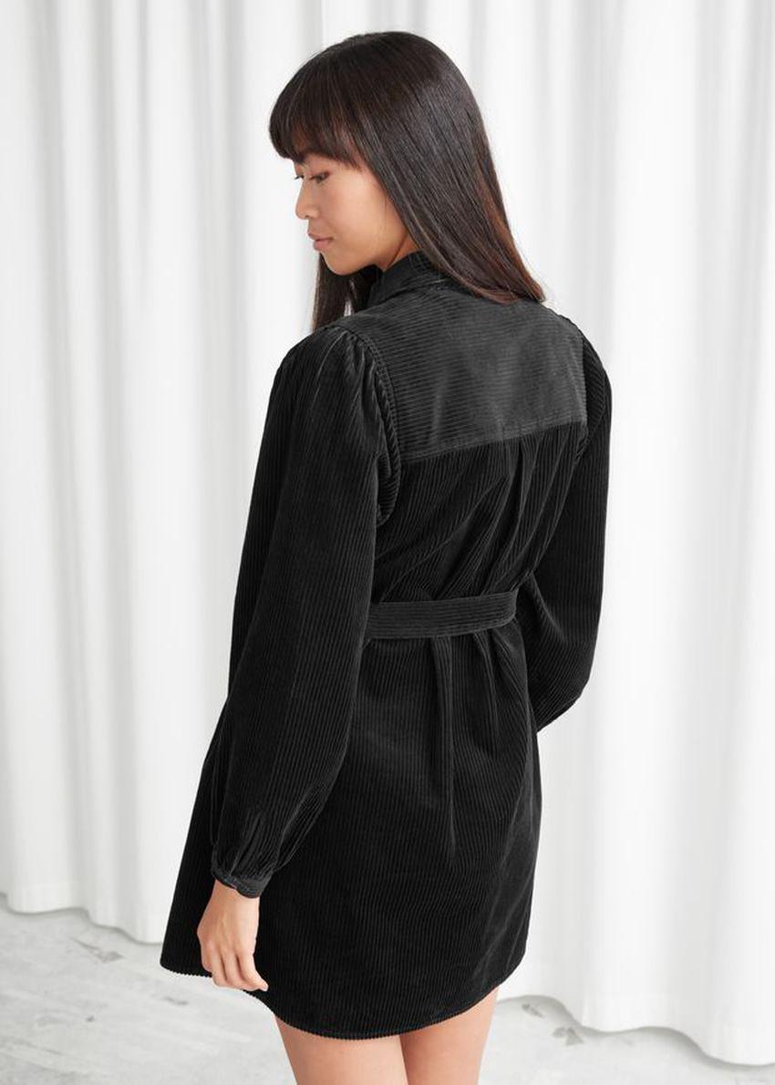 앤아더스토리즈 벨티드 코듀로이 미니 드레스의 블랙컬러 ECOMLook입니다.