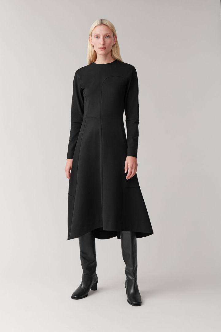 COS default image 10 of 블랙 in 패널드 애시메트릭 드레스