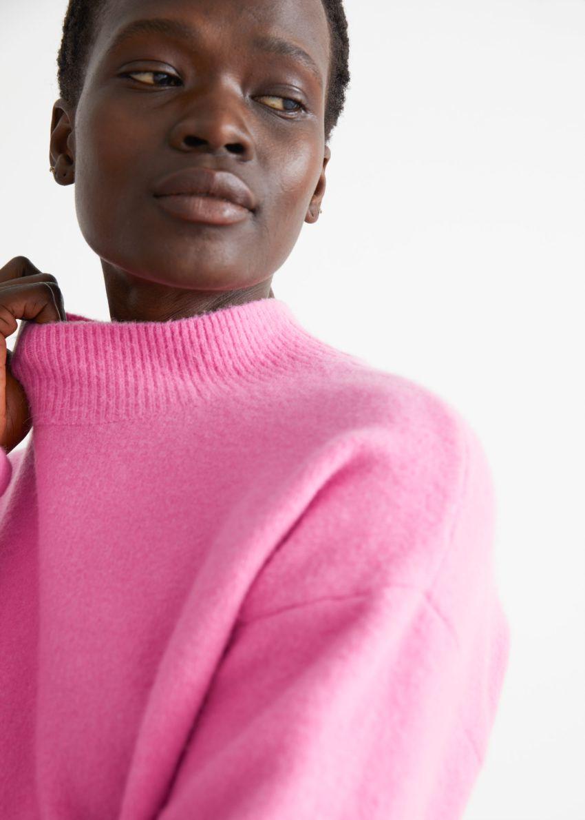 앤아더스토리즈 모크 넥 스웨터의 핑크컬러 ECOMLook입니다.