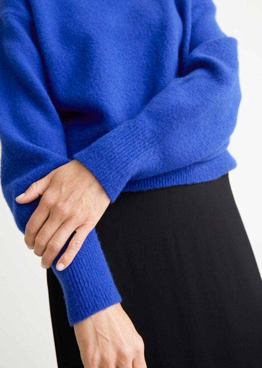 앤아더스토리즈 모크 넥 스웨터의 브라이트 블루컬러 ECOMLook입니다.