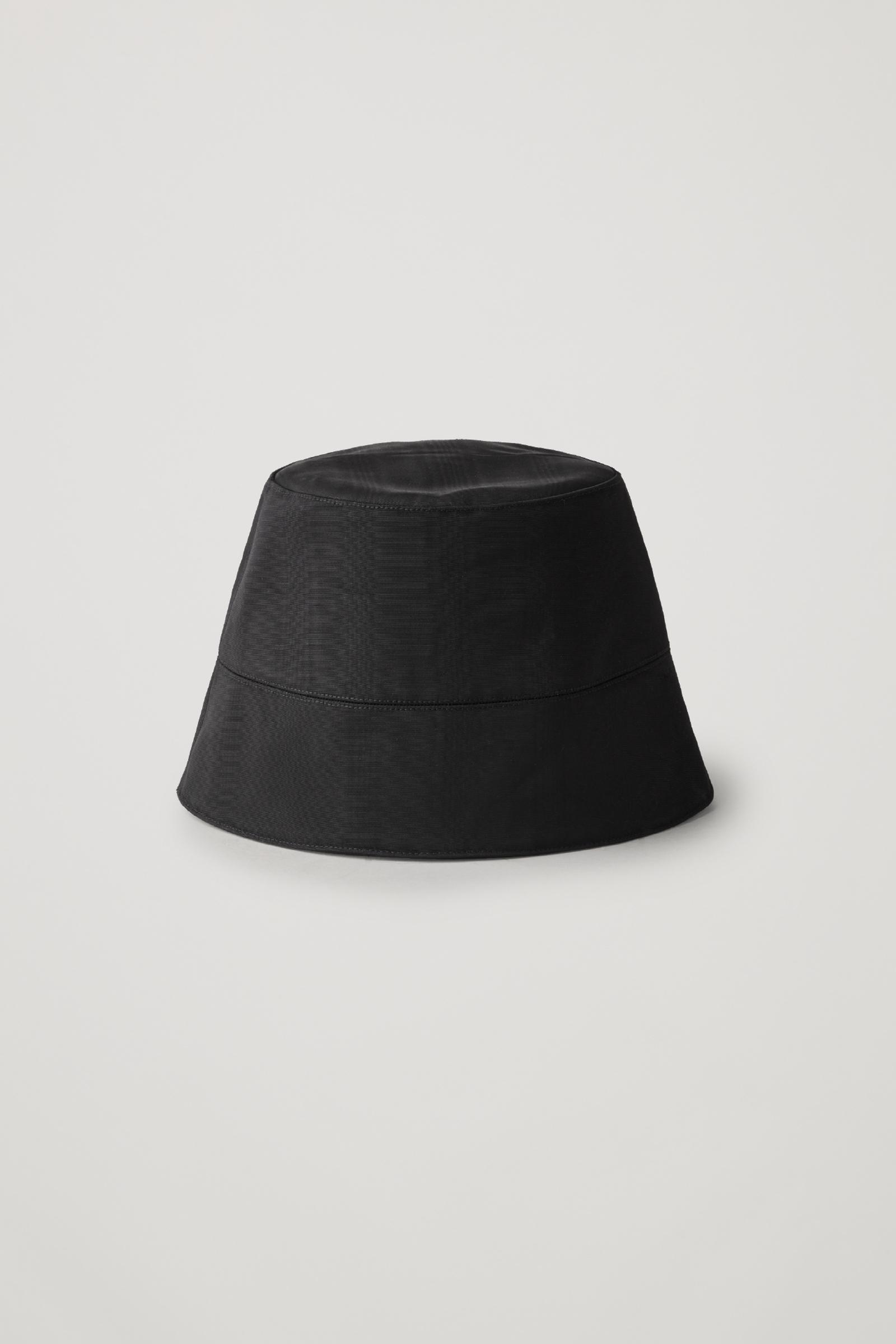 COS 무아레 버킷 햇의 블랙컬러 상품컷입니다.