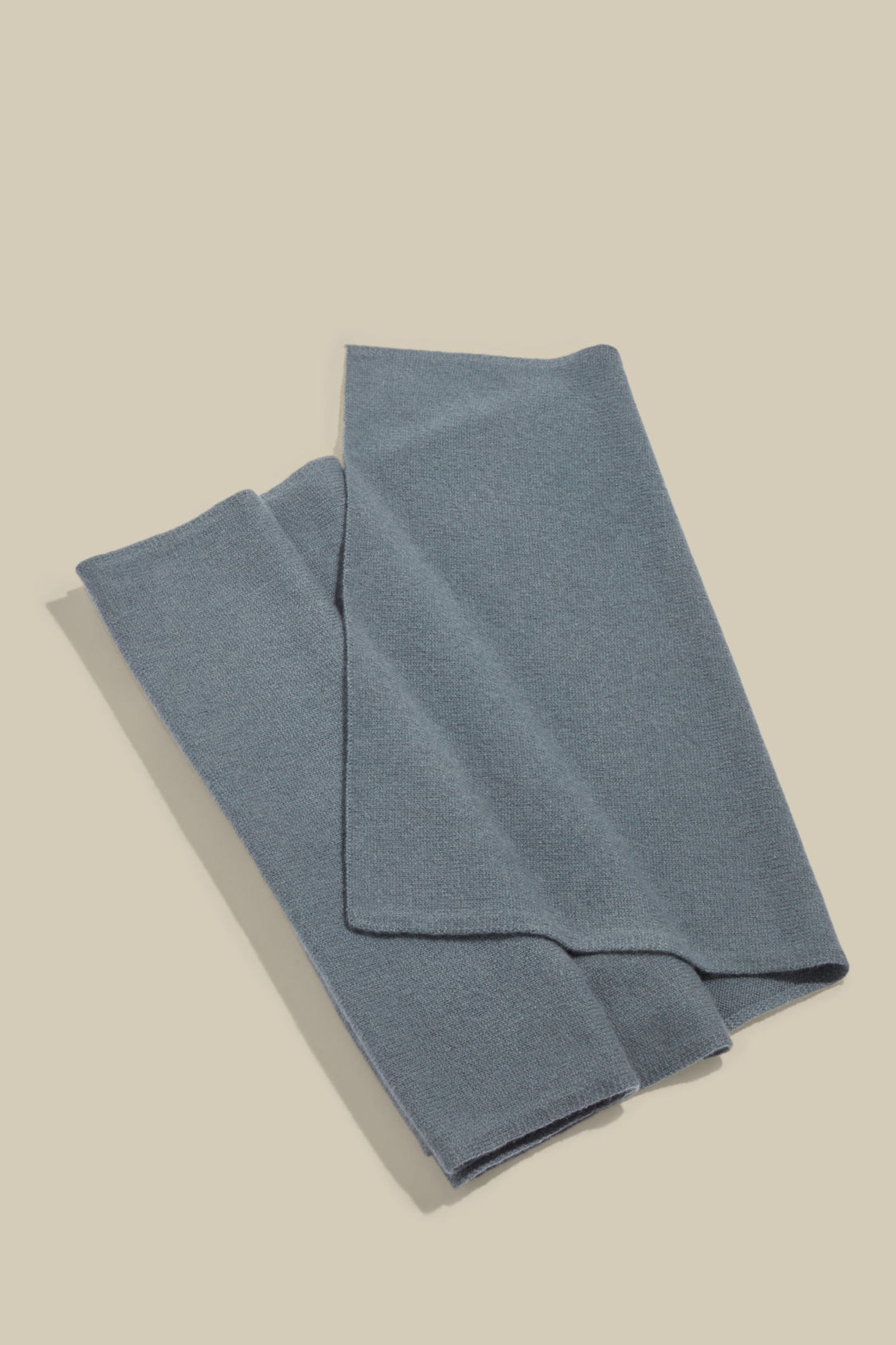 COS 캐시미어 스카프의 스틸 블루컬러 Product입니다.