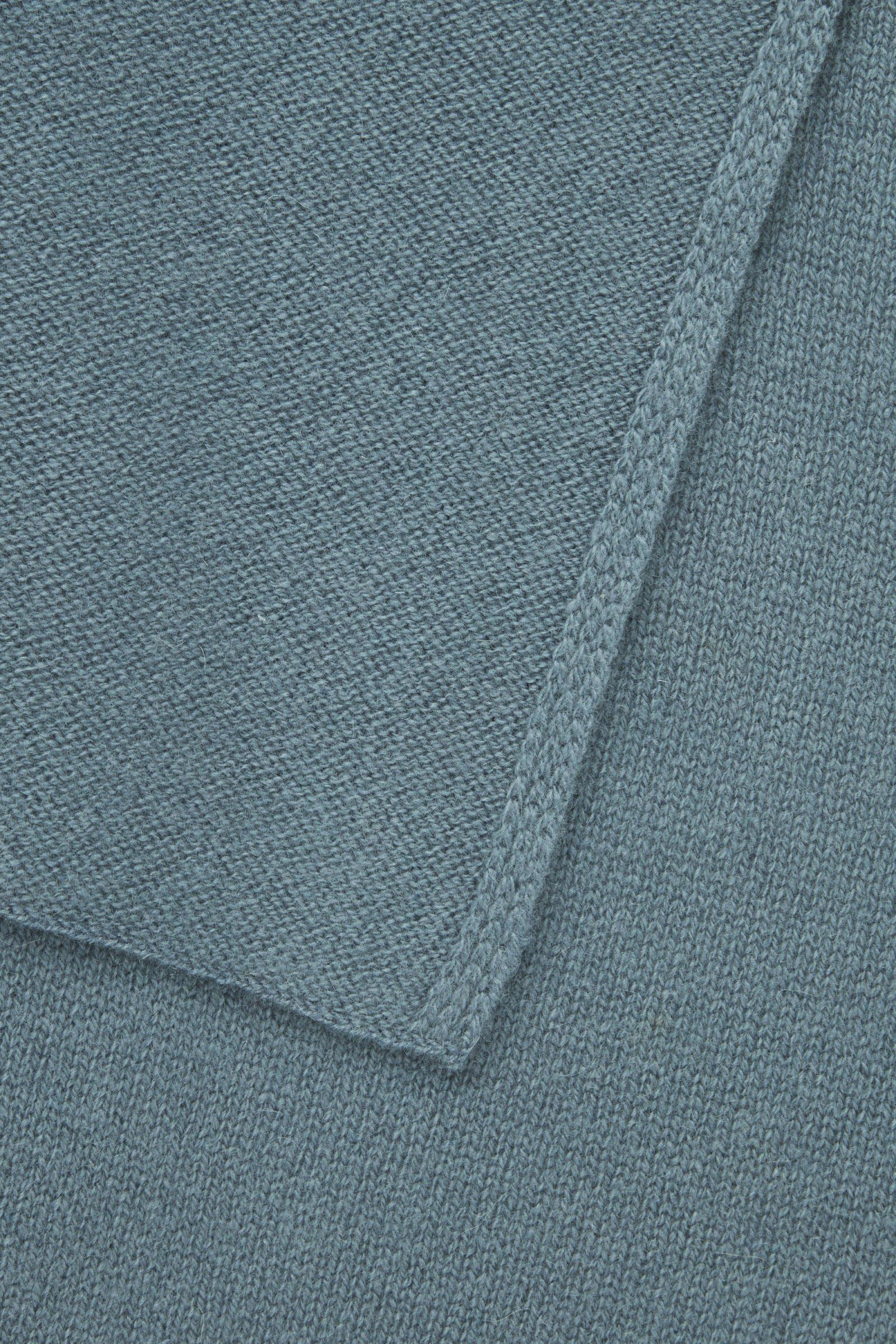 COS 캐시미어 스카프의 스틸 블루컬러 Detail입니다.