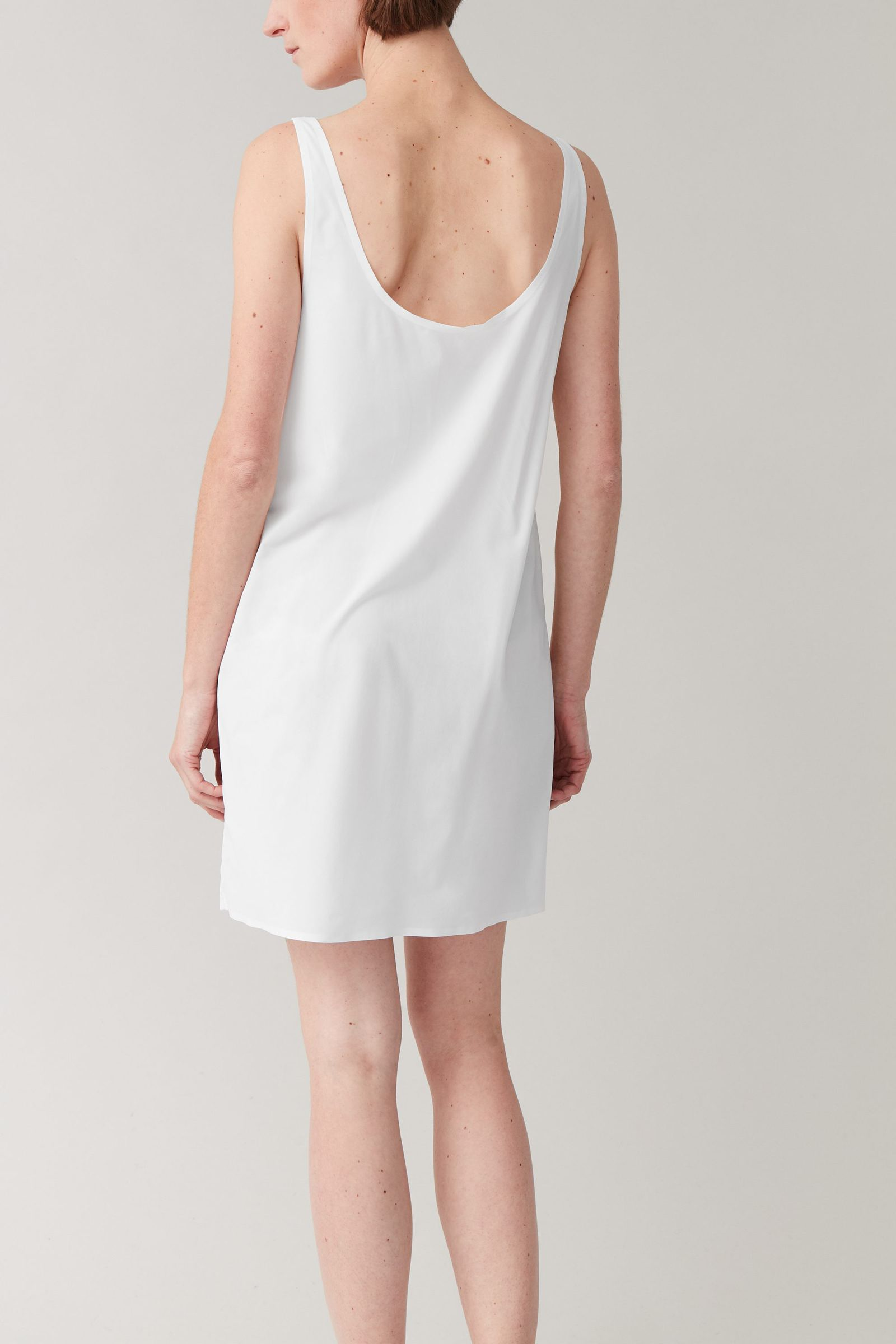 COS 심리스 슬립 드레스의 화이트컬러 ECOMLook입니다.