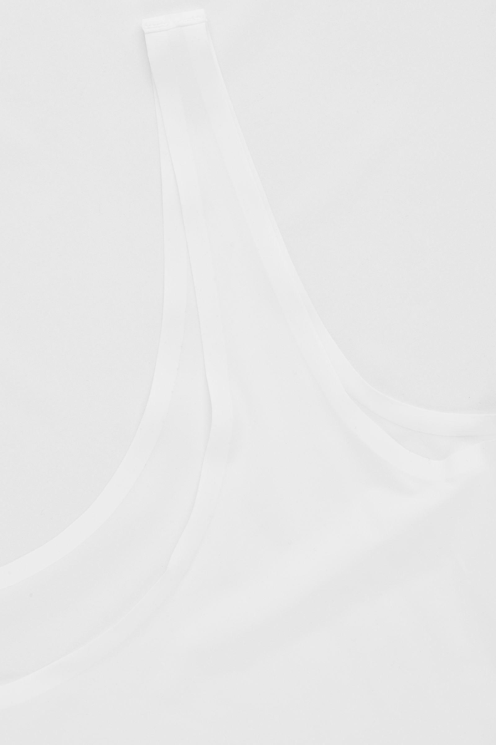 COS 심리스 슬립 드레스의 화이트컬러 Detail입니다.