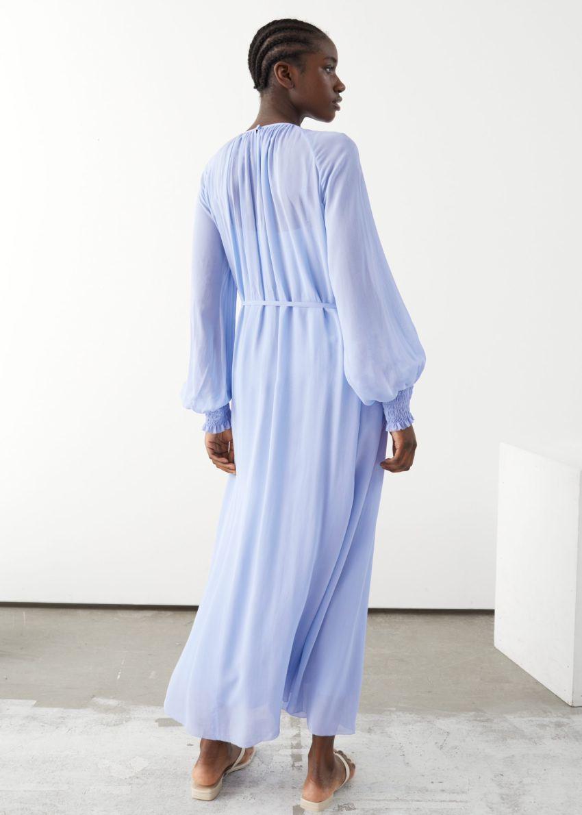 앤아더스토리즈 벌룬 슬리브 미디 드레스의 블루컬러 ECOMLook입니다.