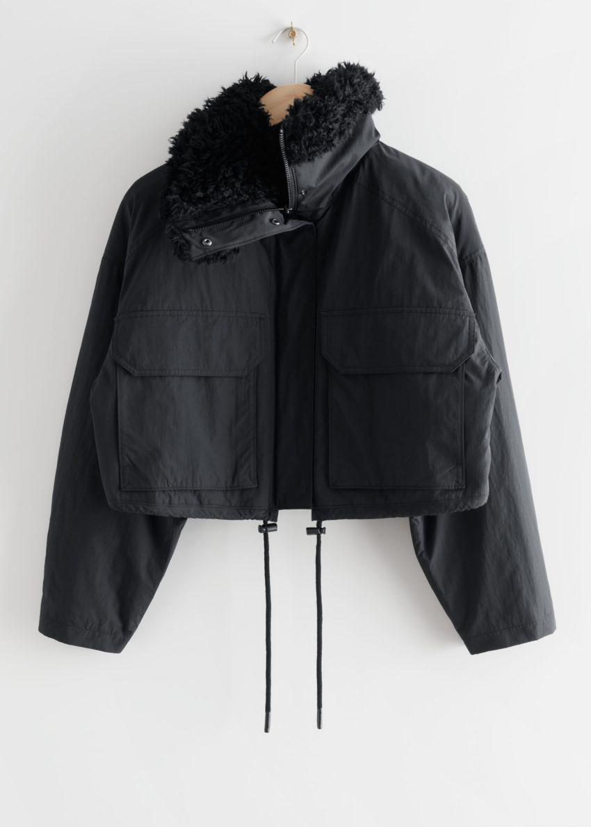 앤아더스토리즈 박시 크롭 Faux 셜링 재킷의 블랙컬러 Product입니다.