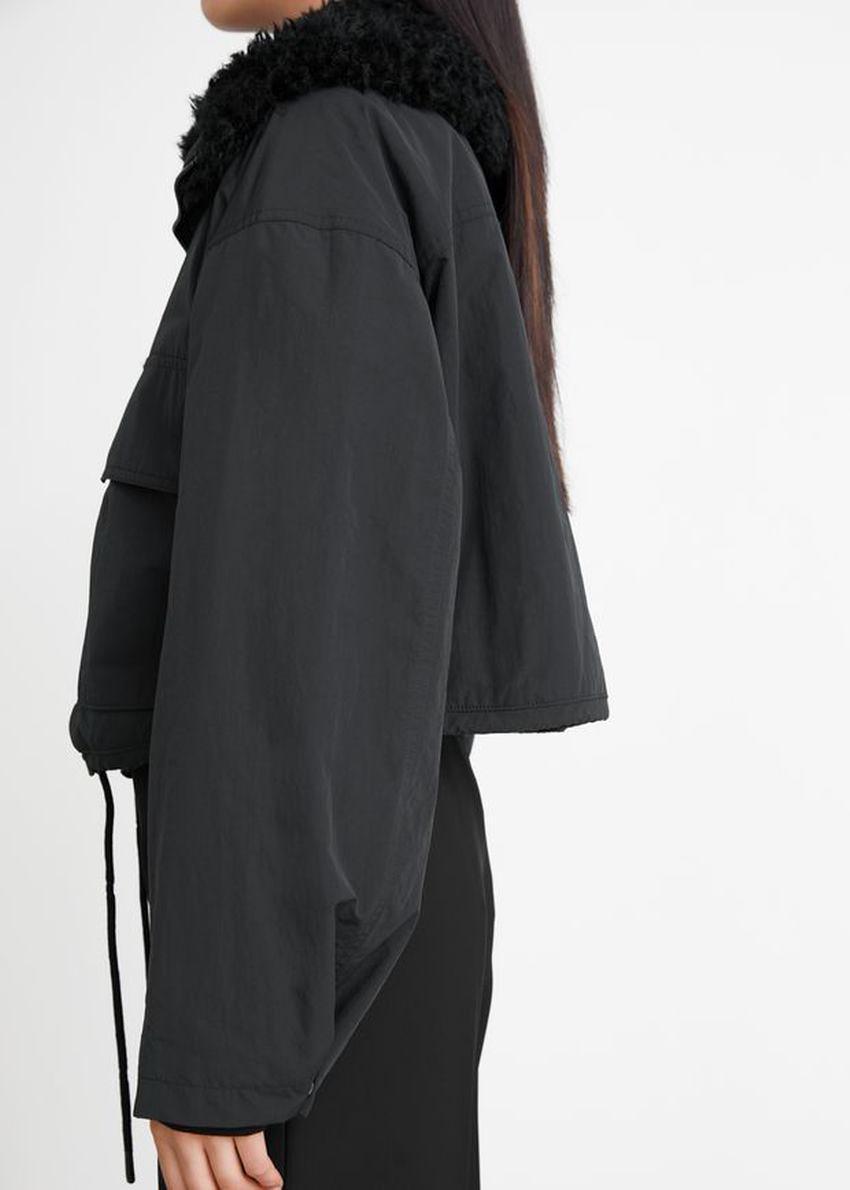 앤아더스토리즈 박시 크롭 Faux 셜링 재킷의 블랙컬러 ECOMLook입니다.