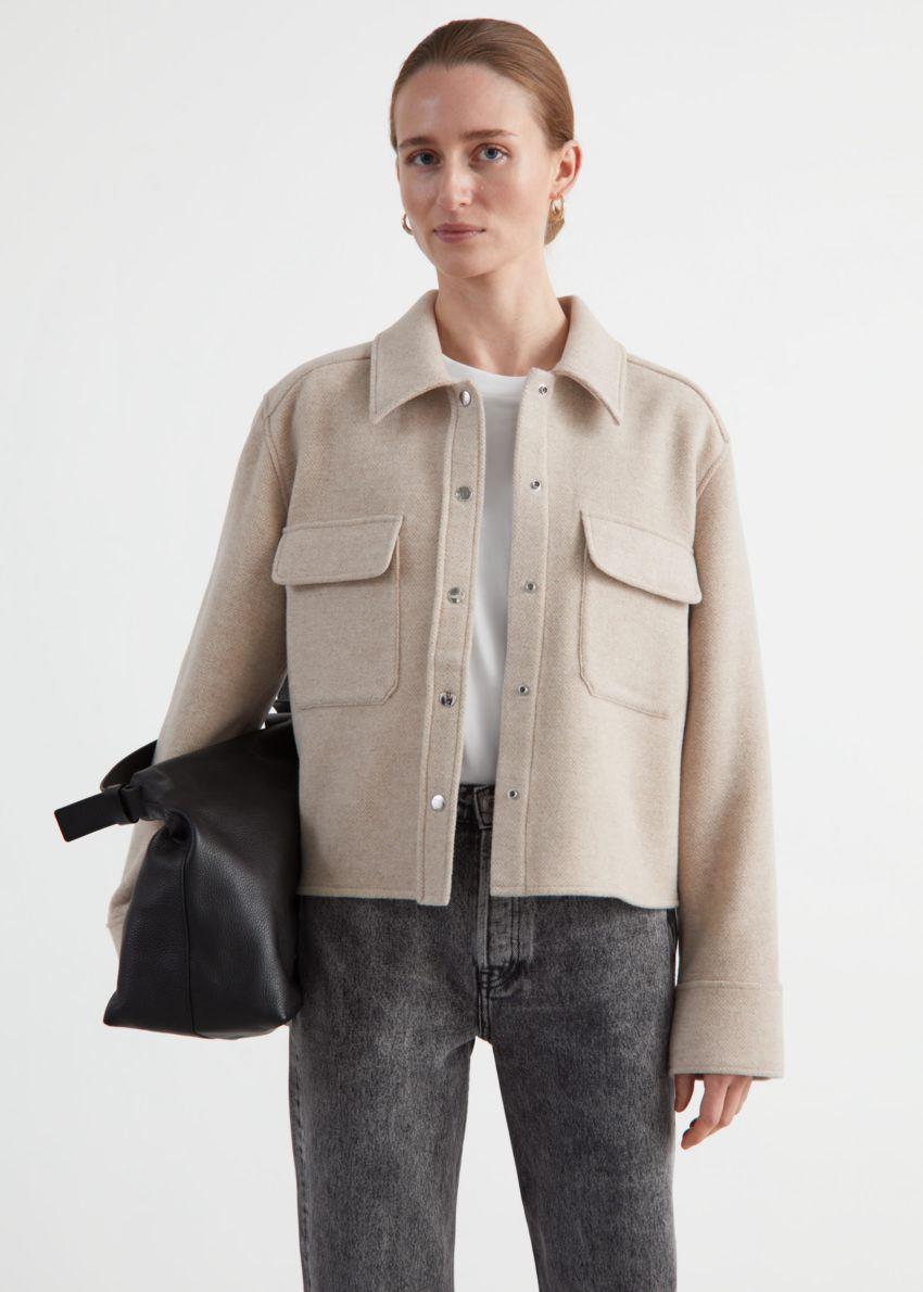 앤아더스토리즈 오버사이즈 크롭 패치 포켓 재킷의 베이지 멜란지컬러 ECOMLook입니다.